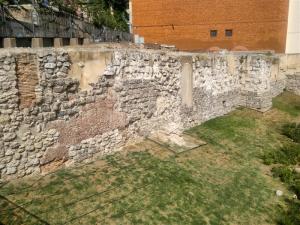 Restos de la muralla árabe en el parque Emir Mohamed I de Madrid