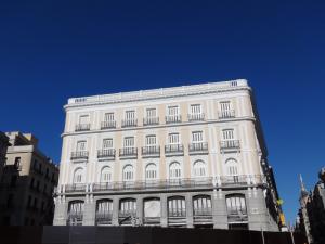 Antiguo edificio restaurado sin Tío Pepe en la Puerta del Sol de Madrid