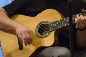 La guitarra de Pablo Méndez acompañando a Joaquín Lera | (CC) Paula Díaz