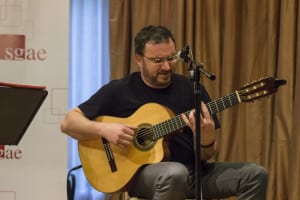 Pablo Méndez a la guitarra acompañando a Joaquín Lera | (CC) Paula Díaz