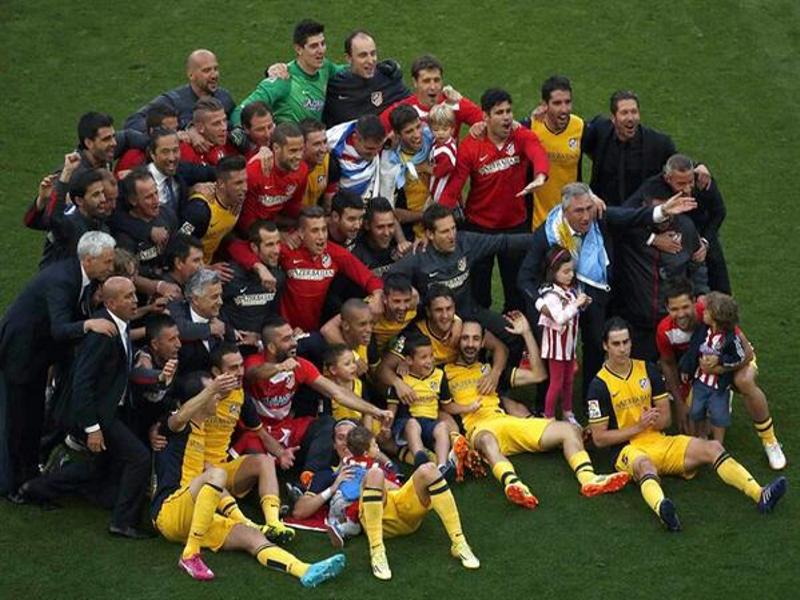 Foto de familia del Atlético de Madrid tras proclamarse Campeón de Liga de la Temporada 2013-2014 | Camp Nou, Barcelona | Sábado 17 de mayo de 2014