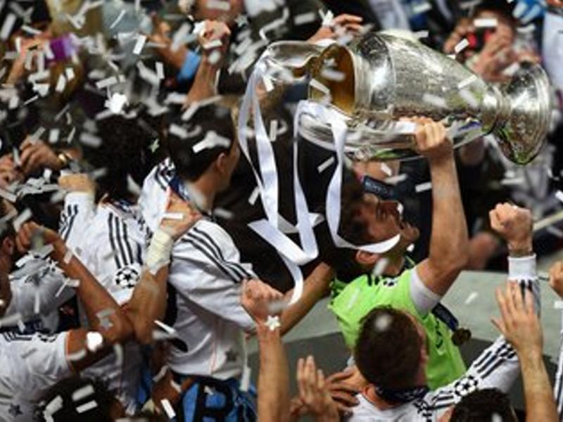 Iker Casillas sostiene la décima Copa de Europa del Real Madrid tras la victoria frente al Atlético de Madrid en Lisboa (25 de mayo de 2014)