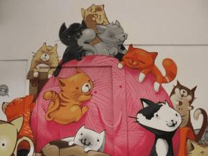 Mural gatuno en una de las salas de La Gatoteca en el barrio de Lavapiés de Madrid