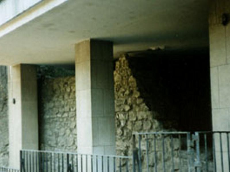 Restos de una torre de la muralla árabe de Madrid en la calle de Bailén, 12.
