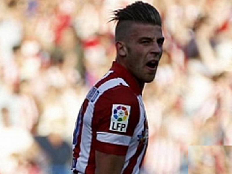 Alderweireld compensó su error frente al Málaga marcando el gol del empate que permite al Atlético de Madrid mantener su ventaja frente al Barcelona