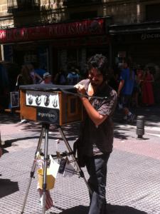 Fotógrafo minutero de El Rastro de Madrid en pleno trabajo