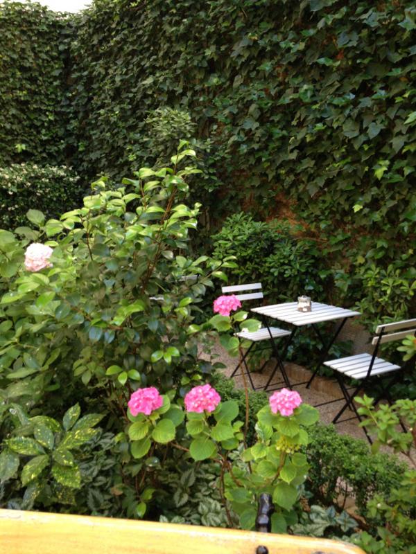 Rincón de la terraza del Café del Jardín del Museo del Romanticismo de Madrid
