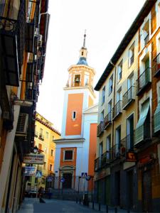 Iglesia de San Lorenzo vista desde la Calle de la Fe en Lavapiés (Madrid)