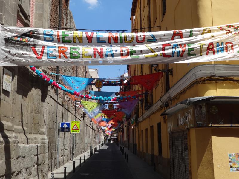 La Calle del Oso, cercana a la Iglesia de San Cayetano (Lavapiés), ha ganado varios premios del Concurso de Engalanamiento Fiestas de San Cayetano, San Lorenzo y Virgen de la Paloma