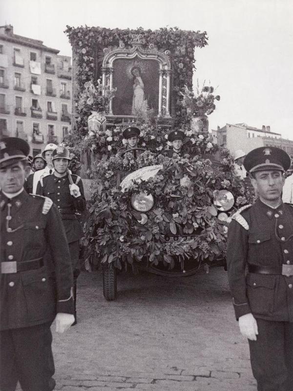 Procesión de la Virgen de la Paloma | 15 de agosto de 1942 | Entre 1939 y 1956 el cuadro de la Virgen de la Paloma procesionaba sobre una camioneta del Cuerpo de Bomberos de Madrid | Fotografía: Vidal