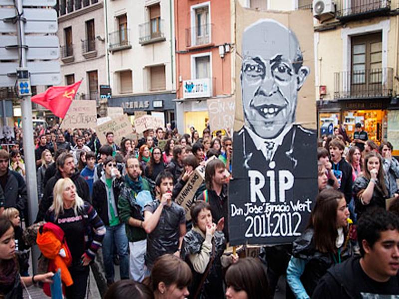 Radicales manifestándose contra la Ley de Educación del ministro Wert en Huesca en 2012