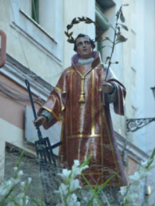 San Lorenzo, uno de los siete diáconos de Roma, donde fue martirizado en una parrilla el 10 de agosto de 258