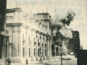 Bombardeo del Palacio de la Moneda de Santiago de Chile por la aviación y la artillería de los militares golpistas el 11 de septiembre de 1973 | Fuente: Historia Política Legislativa del Congreso Nacional de Chile