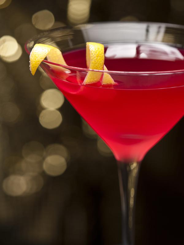 Carrie Bradshaw, protagonista de 'Sexo en Nueva York siempre pedía este cóctel de color rosa: Cosmopólitan
