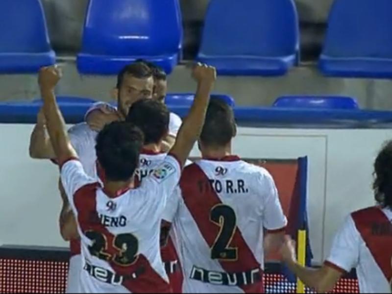Leo Baptistao celebra con sus compañeros franjirrojos su primer gol frente al Levante | 27-09-2014 | Valencia