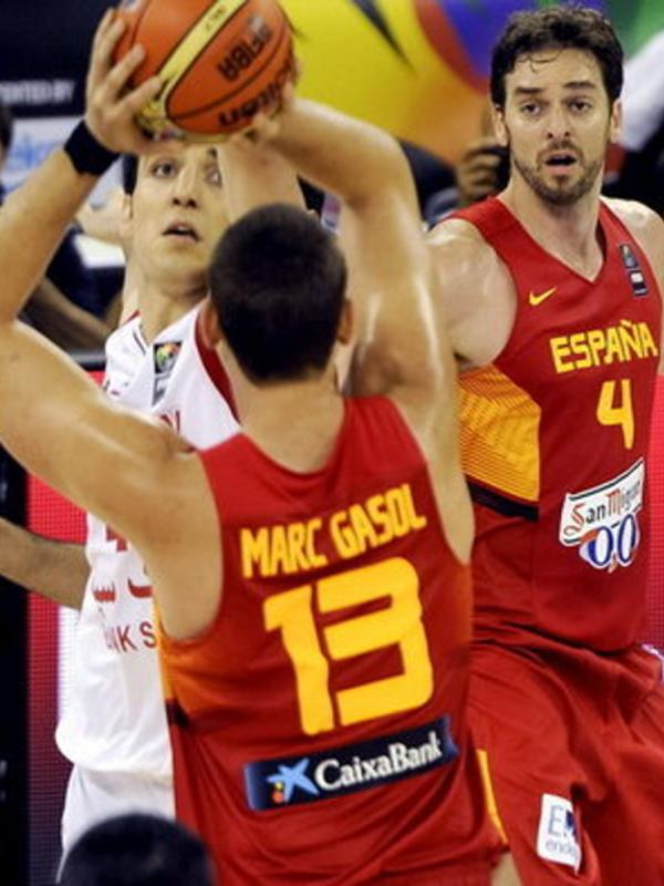Pau Gasol y Marc Gasol en un lance del encuentro contra Irán | Copa del Mundo de Baloncesto FIBA España 2014 | Granada - 30-08-2014