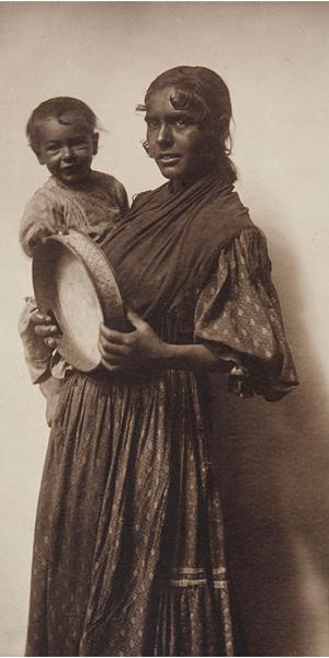 'Sin título' | (Gitanilla con niño y pandereta) | 1904-1910 | Fotografía de Joan Vilatobà | Fuente: Museo del Romanticismo | © Herederos de Joan Vilatobà