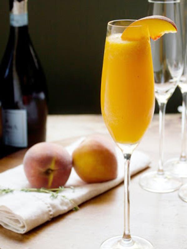 Copa de Bellini, un cóctel especial para la Navidad a base de puré de melocotón y cava o champagne
