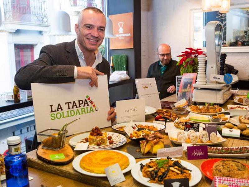 El chef Juan Pozuelo, padrino de 'LaTapa Solidaria de Madrid 2014-2015', durante la presentación en el Mercado Municipal de San Antón de Chueca | Martes 16 de diciembre de 2014 | Foto: Nacho Alba
