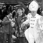 Ordenación 'Pequeño Nicolás' como Obispo de la Iglesia Patólica   'El Campo de Cebada'   Domingo 28 de diciembre de 2014   Leo Bassi escogiendo 'Pequeño Nicolás' voluntario forzoso