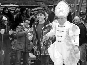 Ordenación 'Pequeño Nicolás' como Obispo de la Iglesia Patólica | 'El Campo de Cebada' | Domingo 28 de diciembre de 2014 | Leo Bassi escogiendo 'Pequeño Nicolás' voluntario forzoso