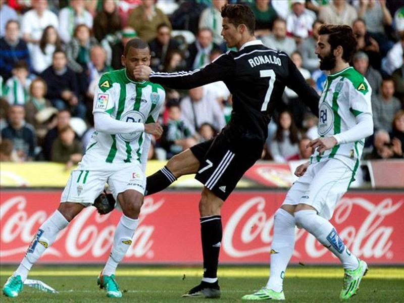 Ronaldo golpea a Edimar en el encuentro Córdoba-Real Madrid correspondiente a la jornada 20ª de Liga BBVA 14-15 (24-01-2015)