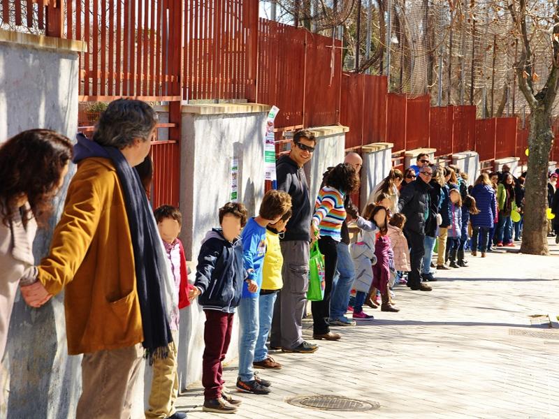Cadena humana reivindicativa de padres y alumnos del CEIP Ciudad de Zaragoza del Distrito de Barajas de Madrid (22-02-2015)