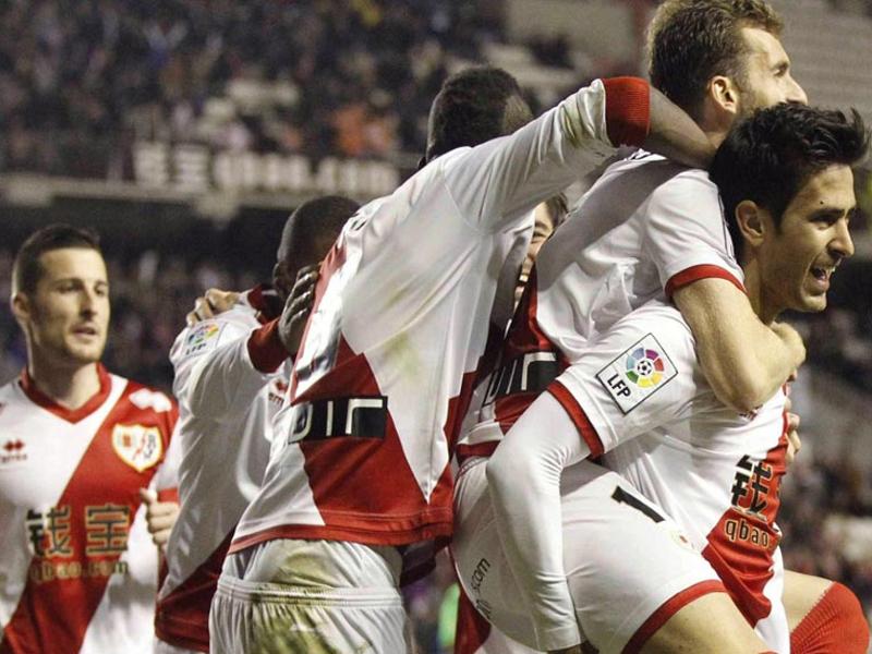 Jugadores del Rayo Vallecano celebran su victoria frente al Villarreal (2-0) en Vallecas el domingo 15 de febrero de 2015