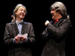 Adolfo Pastor y Santiago Nogués en una escena de 'Gilipollas sin Fronteras' de Morfeo Teatro