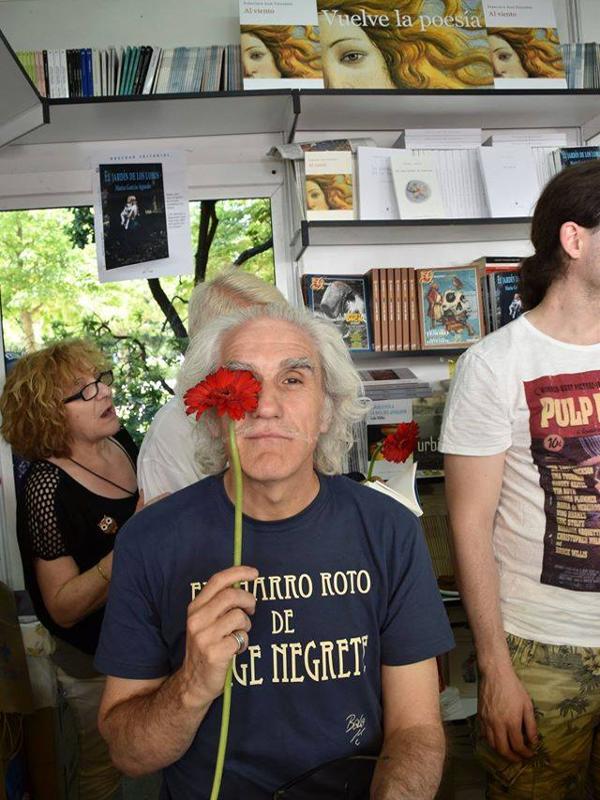 AASR 13 | Bolo García con clavel rojo promocionando 'El charro roto de Jorge Negrete' en la FLM 2015 | Del 29 de junio al 5 de julio de 2015 | Foto Sandy García