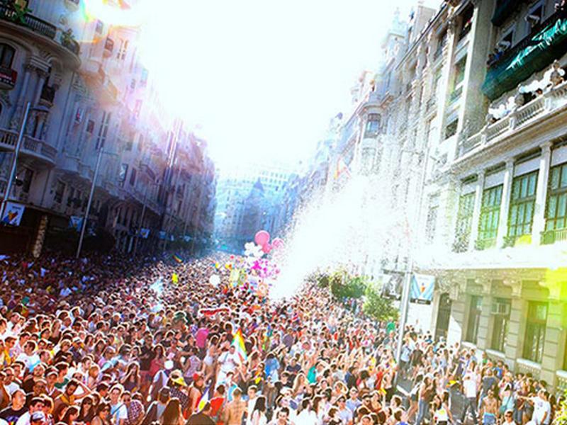 Aspecto de la Gran Vía de Madrid durante la Manifestación Estatal LGTB Orgullo 2014