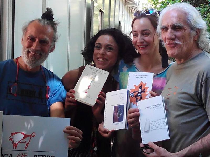 Hipolito 'Bolo' García Fernández (a la derecha) con su hermano y dos amigas en la Feria del Libro de Madrid 2015 | Foto: Miguel Entremonzaga
