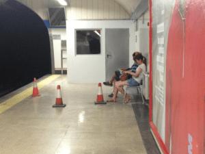 Imágenes del fin del mundo | 13 | Andén estación Metro Tribunal | Barrio de Maravillas | Distrito Centro | Madrid | 25-07-2015