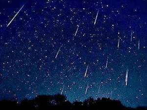 'Lágrimas de San Lorenzo' o Perseidas sobre el cielo de la noche de agosto en la Sierra de Madrid