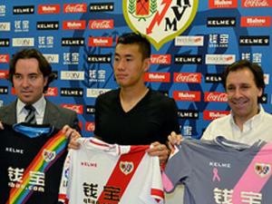 Raúl Martín Presa, Zhang Chengdong y Felipe Miñambres con las 3 equipaciones del Rayo Vallecano de Madrid (07-08-2015)