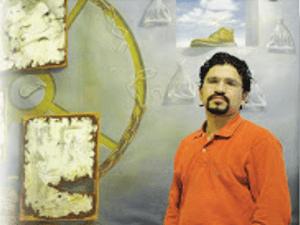 Andrés del Collado frente a una de sus obras pictóricas acuáticas