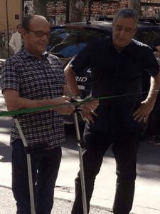 Nino Olmeda, periodista vallecano, y Paco Pérez, concejal presidente Puente de Vallecas y Villa de Vallecas, inaugurando bulevar peatonal (22/09/2015)