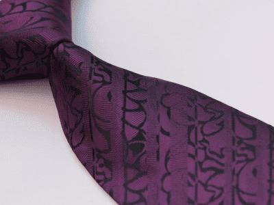 Fina y elegante corbata morada con adornos en negro