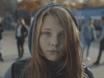 Fotograma vídeo 'Querido papá, me van a llamar puta' ('Kjære pappa') de Care Noruega