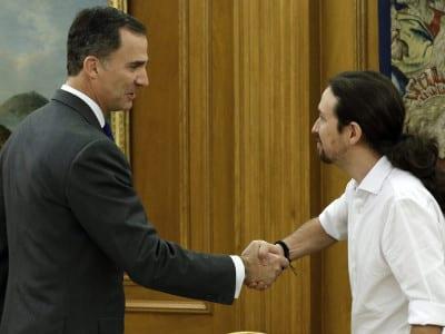 Felipe VI y Pablo Iglesias se estrechan las manos en el Palacio de la Zarzuela (22/01/2016)