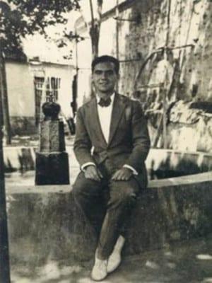 Federico García Lorca en el patio de la Huerta de San Vicente (Granada) hacia 1930