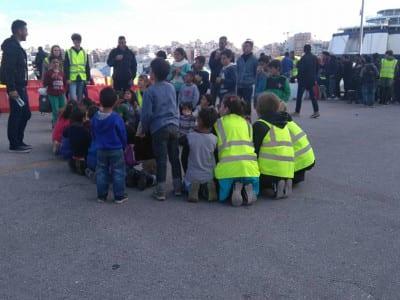 Voluntarios juegan con niños y niñas refugiados en el puerto de El Pireo, Atenas (Grecia), marzo 2016 | Foto Mónica Hidalgo