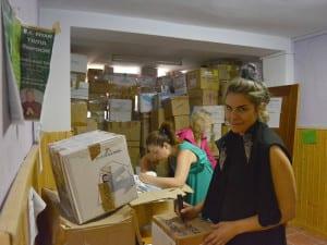 Ayuda a refugiados de Grecia desde Madrid | Jimena Ormaechea, Sara Marco y una voluntaria empaquetando