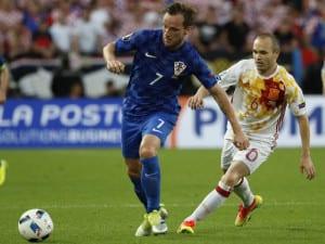 UEFA Eurocopa 2016 | Francia | Ivan Rakitic y Andrés Iniesta disputando un balón en el partido Croacia-España | 21/06/2016