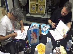 Josema Carrasco y Ángel Petisme firmando ejemplares de 'Mapa de besos' en Zaragoza (julio 2016)