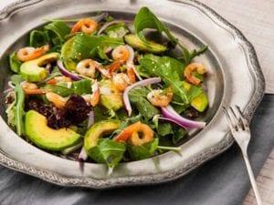 Una ensalada de aguacate, rúcula y camarones te aporta muchos nutrientes sin que ganes peso