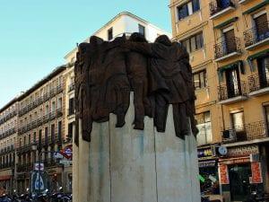'El abrazo' | 2003 | Juan Genovés | Escultura | Plaza de Antón Martín | Madrid | España