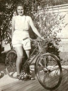 Gloria Fuertes | Madrid 1917-1998 | Centenario Gloria Fuertes | Gloria Fuertes en bicicleta | 1941