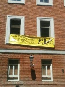 Okupación de un edificio en la calle Gobernador | Cortes - Centro - Madrid | 06/05/2017 | Pancarta