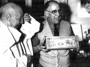 Pablo Picasso y Eugenio Arias, que sostiene su caja de barbero decorada por el pintor | Vallauris (Francia) 1960 | Foto Raph Gatti